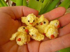 Easter Chicks - Tutorial This is knitting but change to crochet Easter Crochet Patterns, Crochet Birds, Amigurumi Patterns, Crochet Crafts, Crochet Dolls, Crochet Projects, Crochet Baby, Crocheted Flowers, Crochet Stars