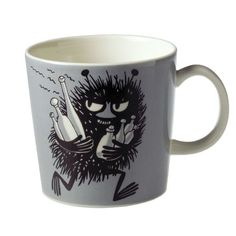 This grey Moomin mug by Arabia from 2001 features Stinky running with bottles he has just swiped. It's beautifully illustrated by Arabia artist Tove Slotte and the illustration can be seen in the fourth original Moomin comic book. Moomin Mugs, Les Moomins, Grey Mugs, Moomin Valley, Chocolate Caliente, Tove Jansson, Porcelain Mugs, Plates And Bowls, Coffee Time