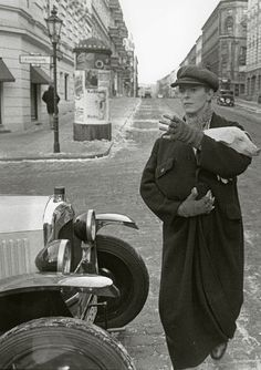"David Bowie and Pig, West Berlin 1978 .for ""Just A Gigolo"", directed by David Hemmings, film released, Unknown Photographer. Angela Bowie, Anthony Kiedis, Lauryn Hill, Freddie Mercury, Andy Warhol, Berlin Underground, David Bowie Berlin, Glam Rock, Berlin Hauptstadt"