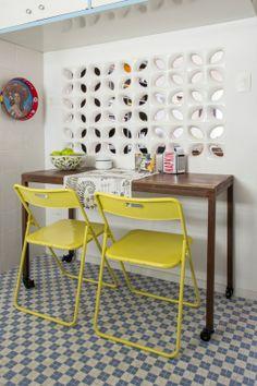 Na parede entre a sala e a cozinha, cobogós. Foto: Zeca Wittner/Estadão