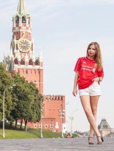 Liverpool FC are often referred to as the Reds. The walls around the Moscow Kremlin are red and just outside lies the Red Square. One would think that the Liverpool home jersey would feel at home under such conditions. Go Reds! Go Liverpool! Go Moscow! Liza makes sure to present the Liverpool home kit 14/15 in the best possible manner.