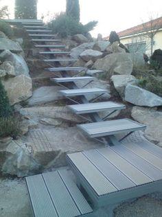 Escalier limon central acier et marches en corniéres acier pour remplissage lames de composite ou bois