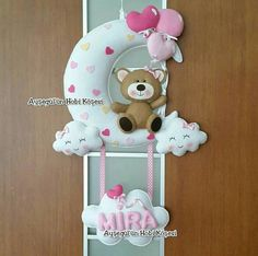 Fiocco luna Baby Crafts, Felt Crafts, Diy And Crafts, Felt Garland, Felt Ornaments, Felt Animal Patterns, Felt Mobile, Felt Baby, Baby Shower