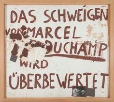 joseph beuys das schweigen von marcel duchamp wird überbewertet 1964/65 assemblage braune ölfarbe, schuhsohlenspuren auf papier, zwei schokoladentafeln und -stücke mit brauner ölfarbe übermalt, gefalteter karton, filzquadrate, fünf mit blauer tinte beschriebene schreibpapierbögen; schwarzweißfotografie, teils mit brauner ölfarbe bemalt 157 × 178 × 2 cm stiftung museum schloss moyland