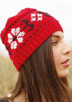Rote Mütze mit Stickerei selber stricken mit einer Strickanleitung aus Rebecca- mein Strickmagazin und dem ggh-Garn TAVIRA (100% Baumwolle). Garnpaket zu Modell 15 aus Rebecca Nr. 57