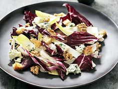 Salade van radicchio, witloof en verse geitenkaas