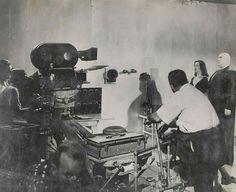 Plan 9 del espacio exterior (1959) está considerada como una de las peores películas de la historia. ¡Eso es que los críticos todavía no han visto bastantes!, pero Ed Wood nos dejó su pequeña leyenda y alguna fotografía del rodaje, con el luchador Tor Johnson y la vampiresa Maila Nurmi interpretando a los resucitados extraterrestres.