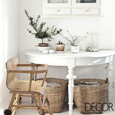 Harmonia perfeita entre mobiliário vintage, peças artesanais e vasinhos de plantas