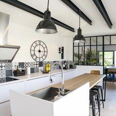 Grande maison lumineuse de 145 m² Construction, Kitchen, Table, Furniture, Home Decor, Big Houses, Modern Mansion, Building, Cuisine