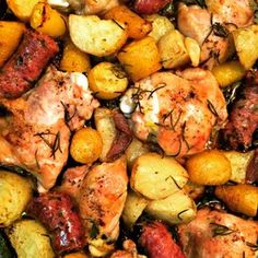 Frango assado com linguiça, batata, mandioquinha, cebola, alho... Delícia em pedaços