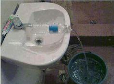 Tente esta forma inovadora de encher baldes que não se encaixam na pia usando garrafas de plástico.