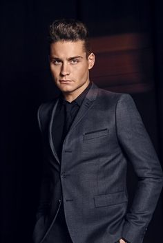 Douwe Bob, representing The Netherlands at the 2016 Eurovision Song Contest. Dark Haired Men, Beautiful Men, Beautiful People, Dutch People, Shirtless Men, Sexy Men, Hot Men, Men Casual, Casual Outfits