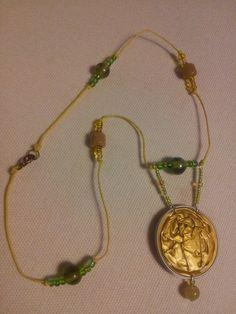 Gargantilla verde y amarilla 5,99€