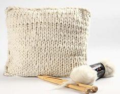 Pute strikket av merinoull Dyi, Floor Chair, Diy Home Decor, Throw Pillows, Flooring, Knitting, Inspiration, Furniture, Projects