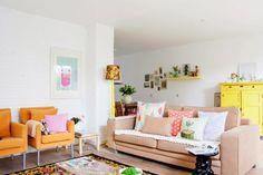 Uma sala para amar: paredes brancas, mas sala colorida