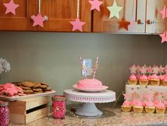http://northwestcharm.blogspot.com/2014/06/twinkle-twinkle-1st-birthday-party.html?m=0      Such a cute & do-able idea for girl's birthday :-)