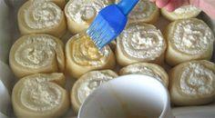 Túrós csiga, káprázatos tejfölös szósszal megkenve! Megunhatatlan finomság, házi kelt tésztából! - Bidista.com - A TippLista! Icing, Convenience Store, Cooking, Food, Bread, Italy, Snails, Kuchen, Simple Recipes