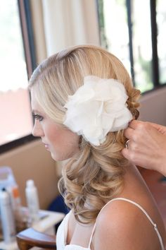 Curled side pony tail with white flower Flower Hair Pieces, Flowers In Hair, Wedding Flowers, Side Ponytail Hairstyles, Hairstyles 2018, Side Ponytails, Wedding Hairstyles For Medium Hair, Cheer Hairstyles, Girl Hairstyles