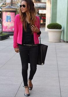 ビビッドピンクジャケットと黒パンツコーディネート