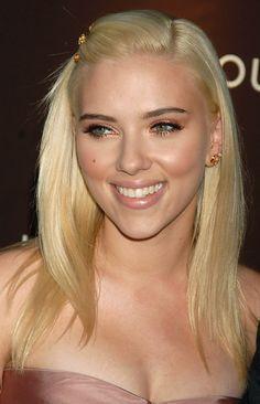 Scarlett Johansson Blonde Hair & Peachy Makeup