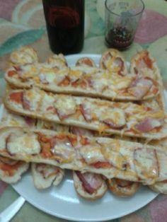 Panini de bacon y queso, acompañado con un vino tinto Merlot del Penedés.