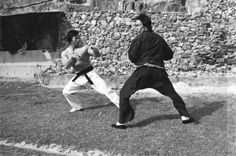 A gallery of Enter The Dragon publicity stills and other photos. Featuring Bruce Lee, John Saxon, Bolo Yeung, Jim Kelly and others. Way Of The Dragon, Enter The Dragon, Little Dragon, Bruce Lee Books, Bruce Lee Quotes, Bolo Yeung, Action Icon, John Saxon, Marshal Arts