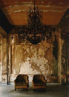 As belas imagens do fotógrafo Michael Eastman que, entre 1999 e registrou o luxo decadente da antiga Cuba. Abandoned Mansions, Abandoned Buildings, Abandoned Places, Wabi Sabi, Pics Art, Urban Decay, Old Houses, Painting, Peeling Paint