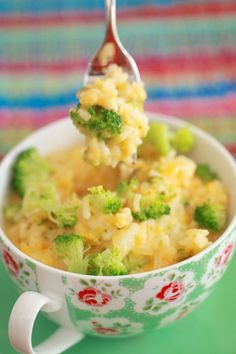 Broccoli and Cheddar Rice Bowl - Did you know that you can cook rice in the microwave? Not just rice, but whole cup meals. Broccoli and Cheddar Rice Bowl - Did you know that you can cook rice in the microwave? Not just rice, but whole cup meals. Microwave Mug Recipes, Microwave Rice Recipes, Healthy Microwave Meals, Rice In The Microwave, Microwave Dinners, Microwave Breakfast, Dorm Food, Recipe For 1, Vegetarian