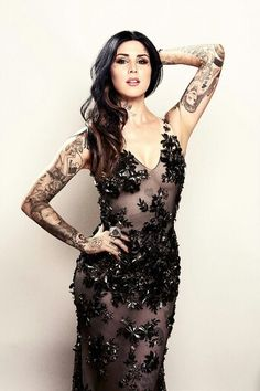 How hot is she in that dress..absolutely love her taste in clothes, make up, hair, tats..would luv to meet her