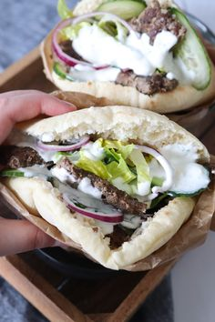 Hjemmelavet Kebab Serveret I Pitabrød Med Yoghurt Dressing - Best Pins I Love Food, Good Food, Yummy Food, Food Crush, Cooking Recipes, Healthy Recipes, Recipes From Heaven, Greek Recipes, Food Inspiration