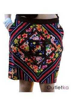 Nowa spódnica firmy PerUna. Uszyta z wzorzystego materiału, dominuje wzór kwiatów i rombów - styl aztec. Spódnica trapezowa, rozszerzona do dołu. Spódnica posiada po bokach kieszenie. Z tyłu zasuwana na zamek.