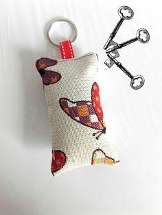 porte-clés, bijou de sac, accessoires à accrocher, en tissu imprimé papillons, cadeau maîtresse, nounou. atsem : Porte clés par doudous-mad-in-toudou