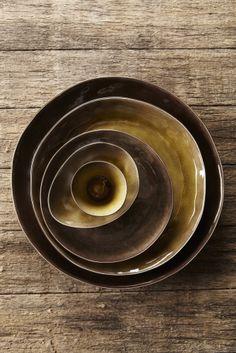 """Keramiek servies van Belgisch ontwerpster Pascale Naessens. Servies is er in 3 kleuren grijs, groen en bruin gevlamd. Servies is genaamd """"Pure""""."""