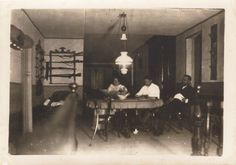 Interior da casa de Benigno Quiroga López-Ballesteros e Julia Espín y Colbrandt no Hospital do Incio. O Incio, Lugo, ca. 1900. Xelatina de prata ao clorobromuro. 13 x 18 cm.