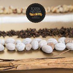Los ingredientes de la #TortaNegraDeLaTíaBlanca no son un secreto, puedes sentirlos en cada bocado: frutas, pasas, nueces crocantes y la mejor combinación de licores añejos. ¡Como debe ser!