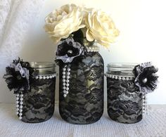 Bocal en verre recouvert de dentelle noire et orné de perles, fleurs...  pour servir de vase, photophore...