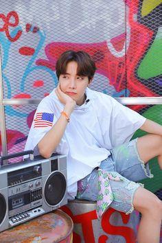 """""""BTS J-Hope/ Jung Hoseok/ Hobi living his colourful life as a freestyle (¿) dancer lockscreens/ Wallpaper"""" Bts J Hope, J Hope Selca, Jimin 95, Jhope Bts, Bts Bangtan Boy, Gwangju, Jung Hoseok, Bts Lockscreen, Foto Bts"""