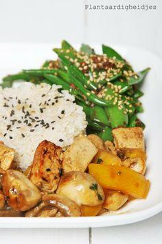 Plantaardigheidjes: Champignons en tofu gekruid met miso en rozemarijn + sugarsnap salade