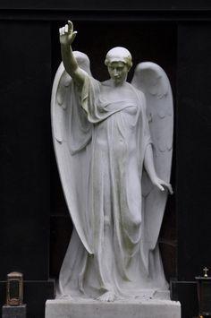 Angel Frankfurt: Hauptfriedhof - Engel mit erhobener Hand