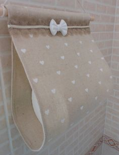 Porta rotolo di carta igienica in tessuto (fatto a mano, beige con cuori bianchi)