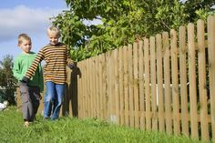 How to Fence a Yard Cheaply with Wood Pallets