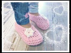 Crochet simple children& shoes / Crochet slippers in different sizes - Y . Crochet Blouse, Knit Crochet, Crochet Simple, Newborn Crochet, Crochet Slippers, Crochet Shoes, Textiles, Crochet Videos, Childrens Shoes