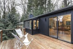 In Portland, a midcentury ranch shines anew after debonair revamp The black exterior of a ranch hous Ranch Exterior, Black House Exterior, Exterior House Colors, Modern Exterior, Exterior Design, Stucco Exterior, Cottage Exterior, Exterior Cladding, Portland