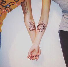 deux tatouages de lune et de soleil