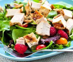 Algunas ensaladas pueden llegar a tener hasta 700-800 calorías, lo que equivale a una hamburguesa grande.