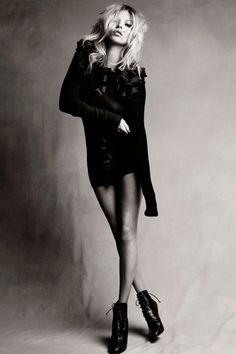 Title: The Moss Factor Magazine: Vogue UK September 2010 Model: Kate Moss Photographer: Patrick Demarchelier Stylist: Katie Phelan Foto Fashion, Fashion Shoot, Editorial Fashion, Trendy Fashion, Vogue Editorial, White Fashion, Shoes Editorial, London Fashion, Dress Fashion