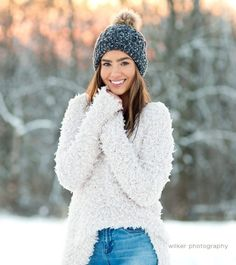 Snow Senior Pictures, Unique Senior Pictures, Senior Girl Poses, Girl Senior Pictures, Senior Picture Outfits, Senior Pics, Winter Senior Photography, Snow Photography, Photography Poses Women