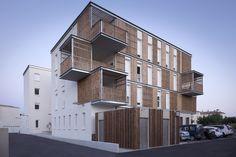 Construido en 2015 en Aigues-Mortes, Francia. Imagenes por MC Lucat. El proyecto de vivienda colectiva en Aigues-Mortes se ha desarrollado dentro de un sitio excepcional, testimonio vivi...                                                                                                                                                                                 Más