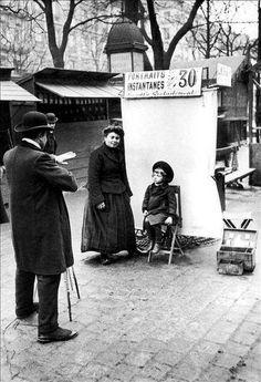 1900.........PHOTOGRAPHE SUR LES BOULEVARDS........PHOTO DE ROGER VIOLLET........SOURCE FEUILLE D'AUTOMNE.TUMBLR.COM......
