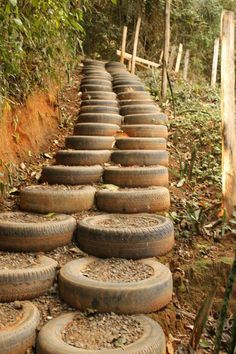 recycle and reuse old tires! a stairway up a hill! how cool and rustic looking Neat.just don't forget to spray the inside of the tire white so the black widows can't hide.they do love old tires. Tire Steps, Tire Craft, Garden Stairs, Tyres Recycle, Reuse Recycle, Used Tires, Ponds Backyard, Earthship, Outdoor Projects